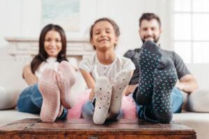 Familie viser deres sokker frem