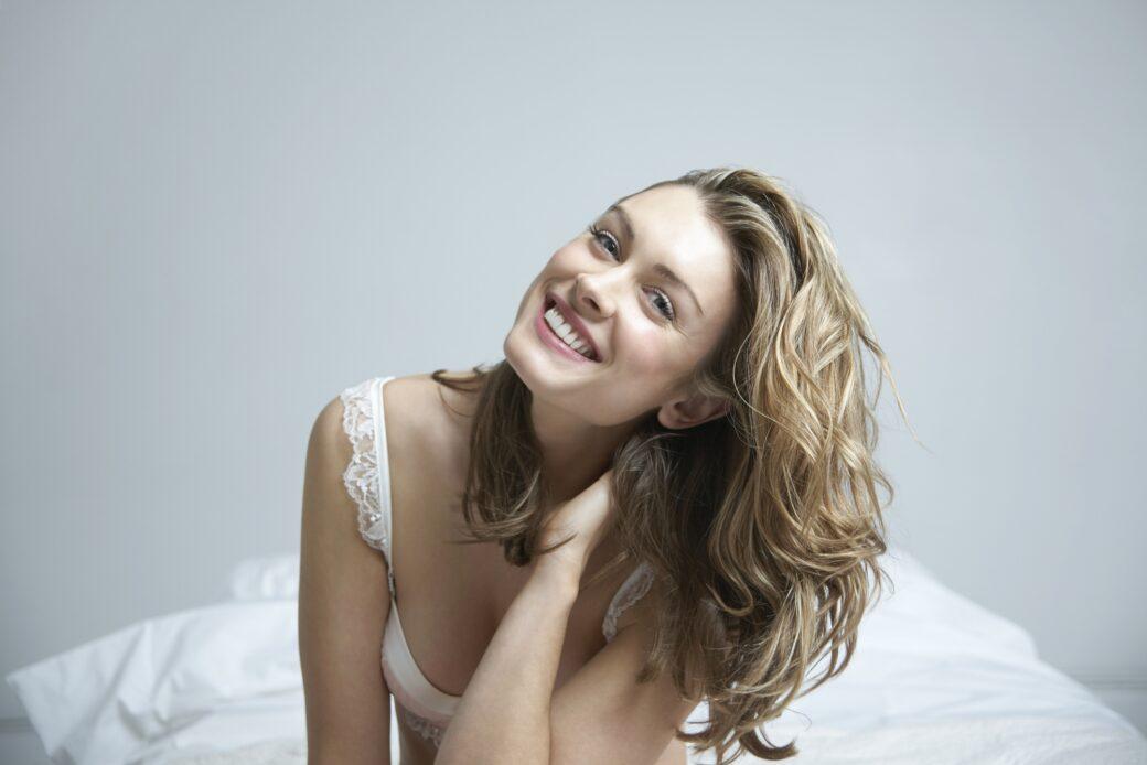 Glad kvinde med smukt hår