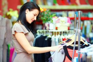 Kvinde i tøjforretning