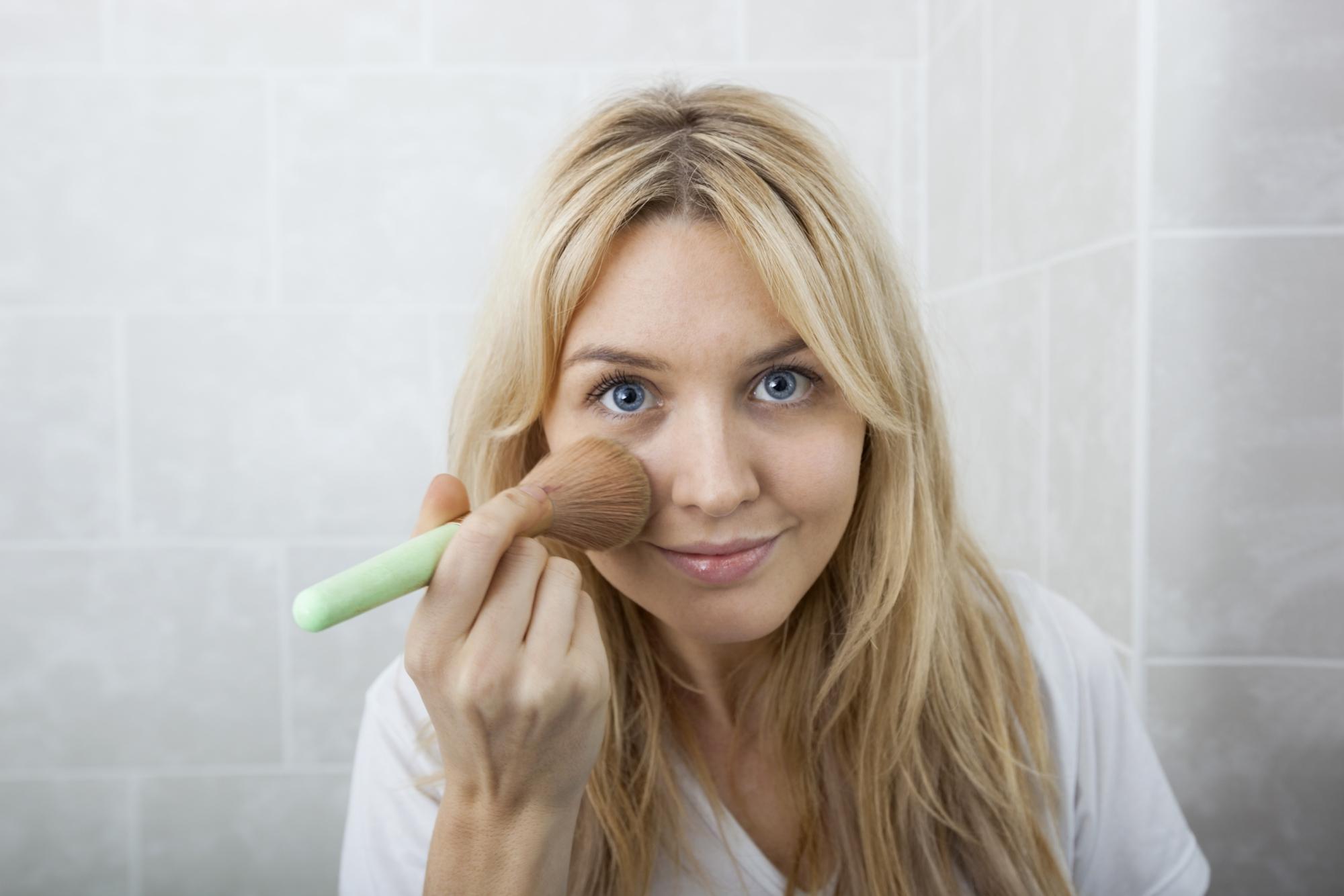 Kvinde lægger makeup