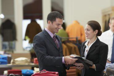 Mand køber tøj