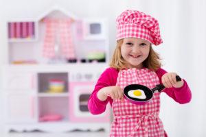 pige i sit legekøkken